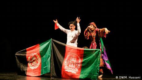 Deutschland Afghanistan Migration Mobiles Theater Statues laugh! (DW/M. Hassani)