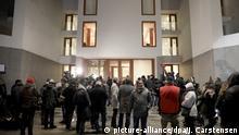 Deutschland   Wartenden Journalisten vor der Landesvertretung von Baden-Württemberg