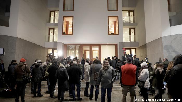 Deutschland | Wartenden Journalisten vor der Landesvertretung von Baden-Württemberg