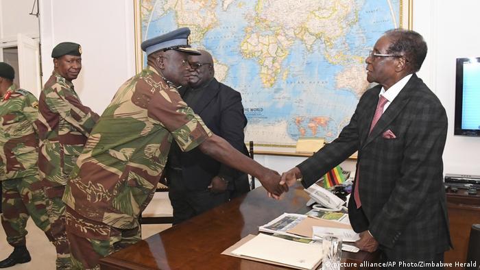 Simbabwe Mugabe verkündet bei TV-Ansprache nicht wie erwartet Rücktritt (picture alliance/AP Photo/Zimbabwe Herald)