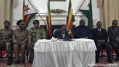 Simbabwe Mugabe bei TV-Ansprache mit seinen Generälen (Getty Images/AFP/Str)
