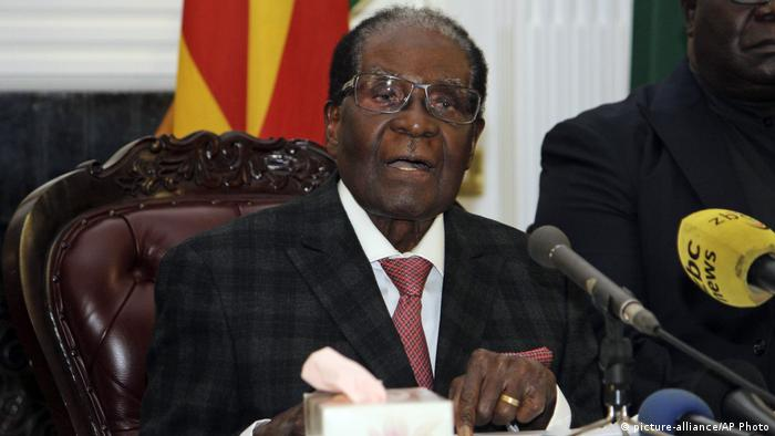 Simbabwe Mugabe bei TV-Ansprache (picture-alliance/AP Photo)