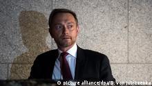 Christian Lindner, Bundesvorsitzender der Freien Demokratischen Partei (FDP), steigt am 19.11.2017 nach seinem Statement zum Scheitern der Jamaika-Sondierungen von CDU, CSU, FDP und Grünen vor der Landesvertretung von Baden-Württemberg in Berlin in sein Auto. Foto: Bernd von Jutrczenka/dpa +++(c) dpa - Bildfunk+++ | Verwendung weltweit