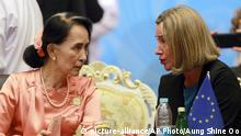 Myanmar's Foreign Minister Aung San Suu Kyi, left, talks with Federica Mogherini, right, High Representative of European Union (picture-alliance/AP Photo/Aung Shine Oo)