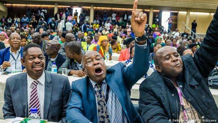 Simbabwe Veteranen feiern Abwahl von Mugabe (Getty Images/AFP/J. Nijkizana)