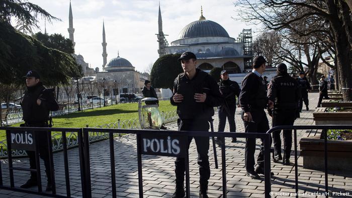 رجال شرطة أتراك يضعون حواجز في حي السلطان أحمد في إسطنبول، حيث فجر انتحاري نفسه في مجموعة من السياح الألمان في مطلع عام 2016. (أرشيف)