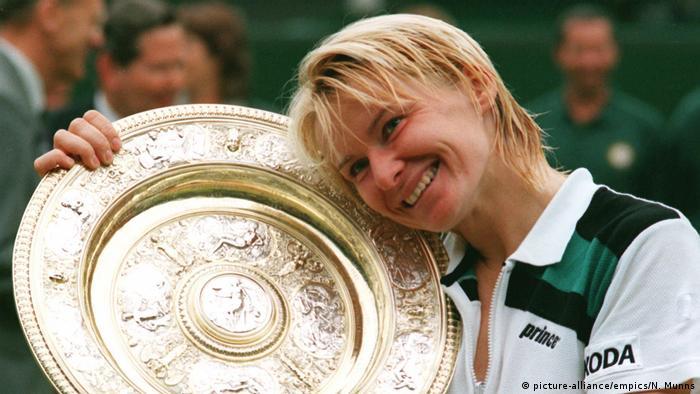 یانا نووتنا از ستارگان پیشین جهان تنیس محسوب میشود. او در سن ۴۹ سالگی بر اثر ابتلا به بیماری سرطان جان خود را از دست داد. نووتنا در طی فعالیت حرفهای خود ۱۷ عنوان قهرمانی در مسابقات گرند اسلم به دست آورد، از جمله قهرمانی مسابقات تنیس ویمبلدون، مسابقات آزاد تنیس فرانسه و مسابقات تنیس آزاد استرالیا. بزرگترین موفقیت او در ردهبندی تنیسبازان جای گرفتن در رتبه دوم بود.