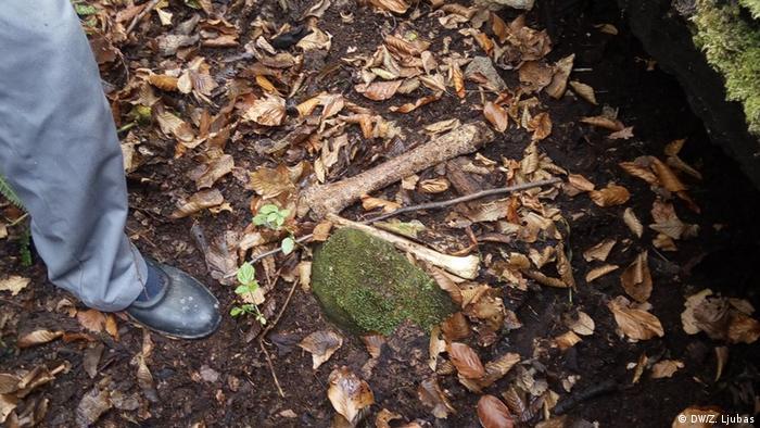 Bones lying on the ground (DW/Z. Ljubas)
