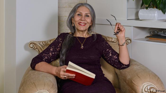 مهوش ثابت، شاعر و برنده جایزه نویسنده دلیر انجمن بینالمللی قلم است