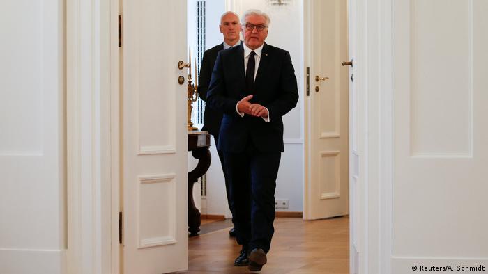 El presidente alemán, Frank-Walter Steinmeier, pidió a los partidos con representación parlamentaria disposición al diálogo para hacer posible la formación de Gobierno en un futuro cercano. Steinmeier instó a la reflexión en una comparecencia institucional tras reunirse con la canciller, Angela Merkel, quien le informó del fracaso de las negociaciones para formar una coalición. (20.11.2017)