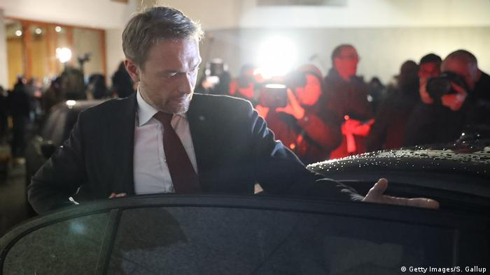 Christian Lindner enters a car (Getty Images/S. Gallup)