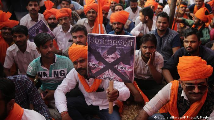 Indien Kontroverse um Bollywood-Film Padmavati (picture alliance/AP Photo/R. Maqbool)