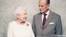 Großbritanniens Königin Elizabeth und Prinz Philip im Weißen Salon im Schloss Windsor
