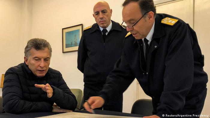 Argentina's President Mauricio Macri talks to Chief of the Atlantic Naval Area, Rear Admiral Gabriel Gonzalez and Argentina's Navy Deputy Chief, Vice Admiral Miguel Angel Mascolo (Reuters/Argentine Presidency)
