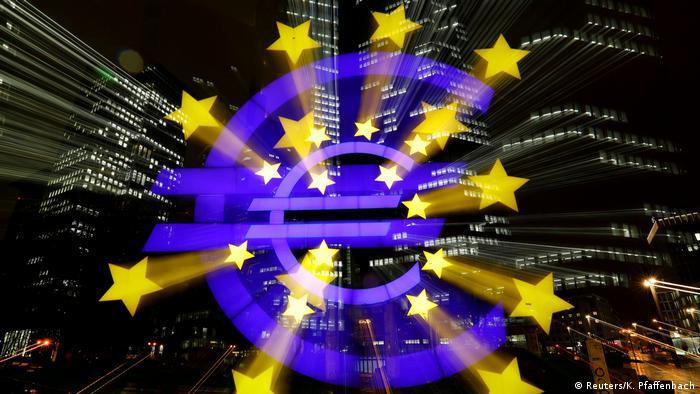 Frankfurt Euro-Zeichen (Reuters/K. Pfaffenbach)