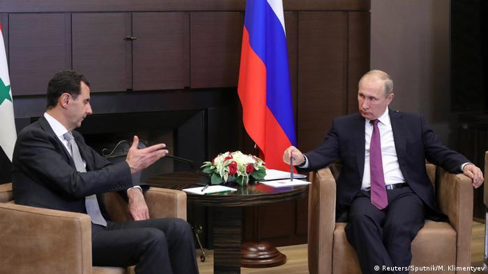 El presidente de Rusia, Vladímir Putin, y de Siria, Bachar al Asad, se reunieron ayer en Sochi, balneario ruso a orillas del mar Negro, para hablar sobre la guerra en Siria, informó hoy el Kremlin. Putin destacó en el encuentro, celebrado el lunes, que las acciones militares ahora sí se están acercando al final y que, por tanto, es necesario iniciar los procesos políticos. (21.11.2017).