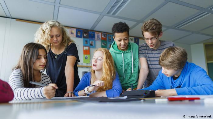 Deutschland Schüler bei Gruppenarbeit Symbolbild (Imago/photothek)