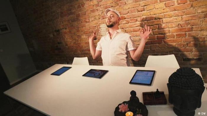 Mann der mithilfe einer Meditations-App Stress bekämpft