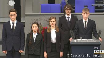 Школьники из гимназий Касселя и Нового Уренгоя на выступлении в бундестаге