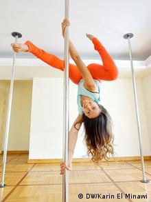 Manar el Mokadam hängt kopfüber an einer Pole-Dance-Stange (Foto: DW/Karin El Minawi)