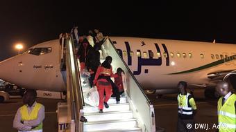 Elfenbeinküste Migranten kommen aus Libyen zurück (DW/J. Adayé)