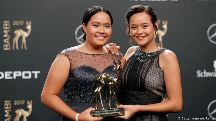 Isabel dan Melati Wijsen saat menerima penghargaan Bambi di Berlin, 16 November 2017. Foto: DW/Getty Images/A.Rentz