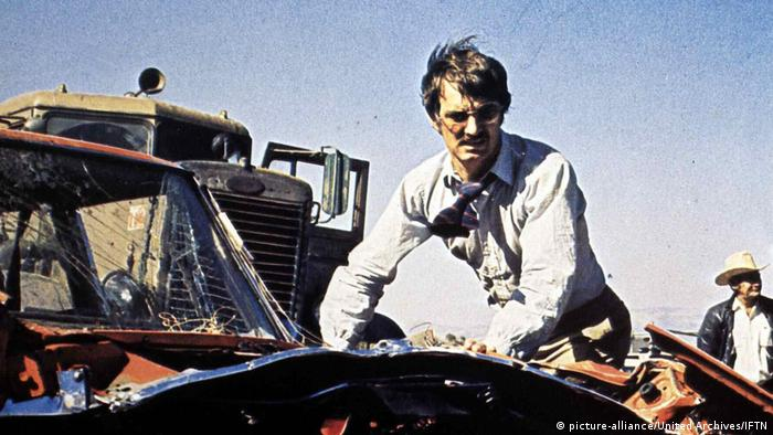 Film still Duel man with hands on hood of a car (picture-alliance/United Archives/IFTN)