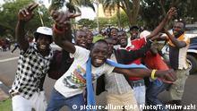 Simbabwe Rücktritt Robert Mugabe | feiernde Menschen in Harare