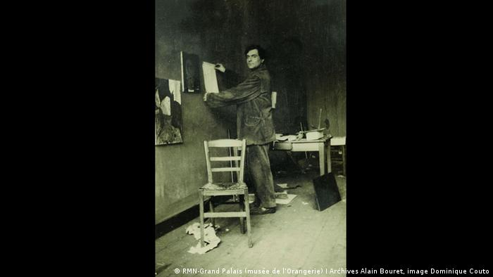 A photograph shows Modigliani in his Paris studio as part of the Tate Modern exhibition (RMN-Grand Palais (musée de l'Orangerie) I Archives Alain Bouret, image Dominique Couto)
