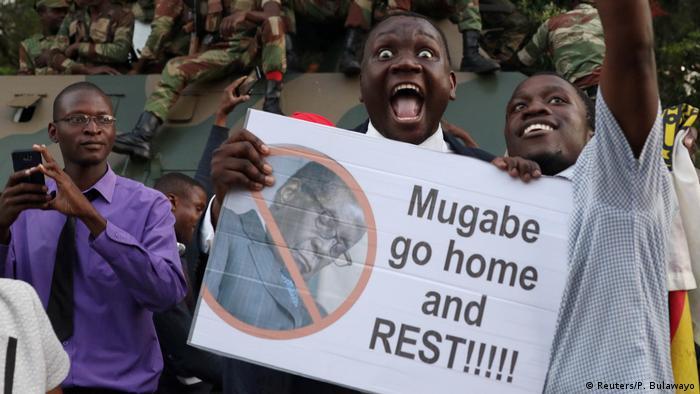 Simbabwe Rücktritt Robert Mugabe | feiernde Menschen in Harare (Reuters/P. Bulawayo)