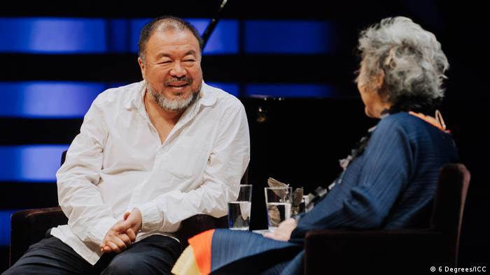 Ai Weiwei accepts the Adrienne Clarkson Prize for Global Citizenship at 6 Degrees Citizen Space 2017, September 27, 2017 (6 Degrees/ICC)