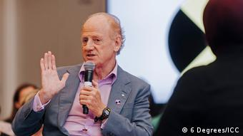 John Ralston Saul moderates a session as Toronto's 6 Degrees Citizen Space 2017 (6 Degrees/ICC)