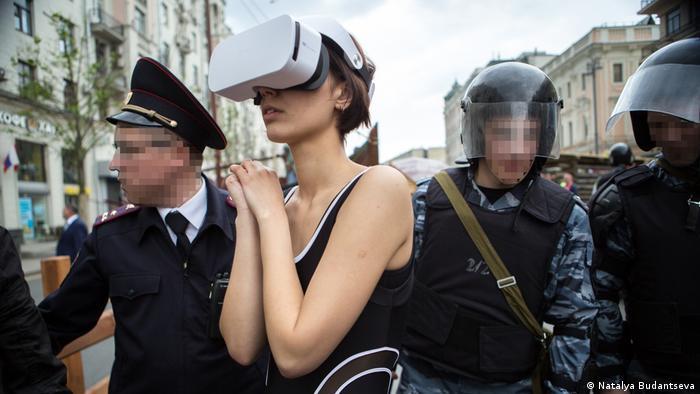 Катрин Ненашева в окружении полицейских (фото из архива)