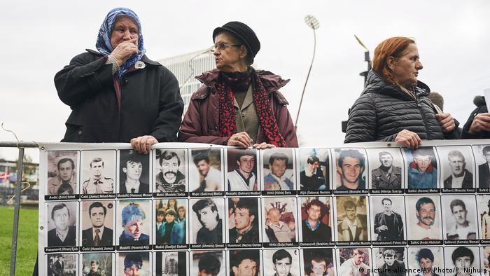 Niederlande Urteil Ratko Mladic   Demo (picture-alliance/AP Photo/P. Nijhuis)
