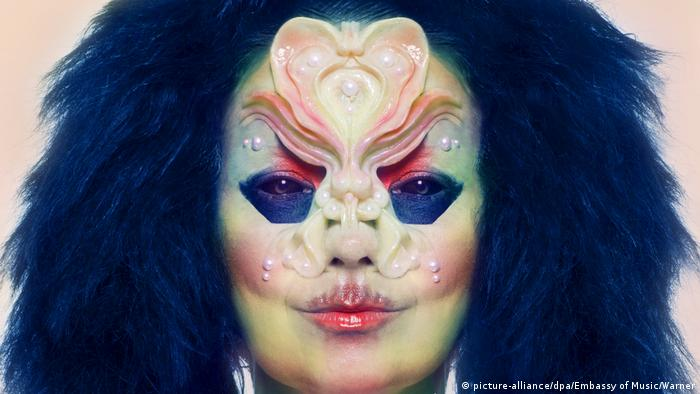 Björk painted with pearls (picture-alliance/dpa/Embassy of Music/Warner)