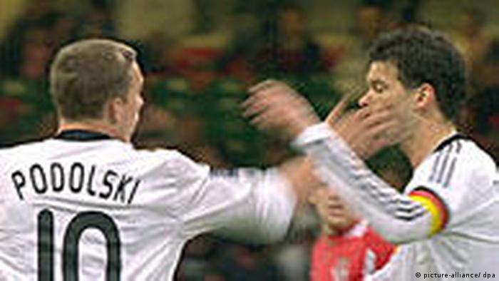 Podolski dá um tapão na orelha de Ballack