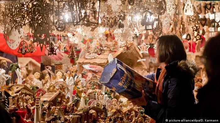 A women looves at the crafts at the Nuremberg Christmas market (picture-alliance/dpa/D. Karmann)
