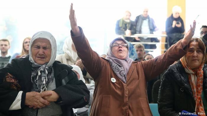 Srebrenitsa'da çocuklarını kalbeden anneler de davanın karar duruşmasına katıldı