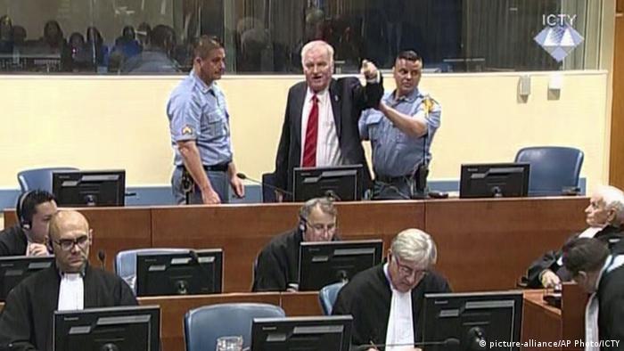 Niederlande Urteil Ratko Mladic | Mladic wird daraus geführt (picture-alliance/AP Photo/ICTY)