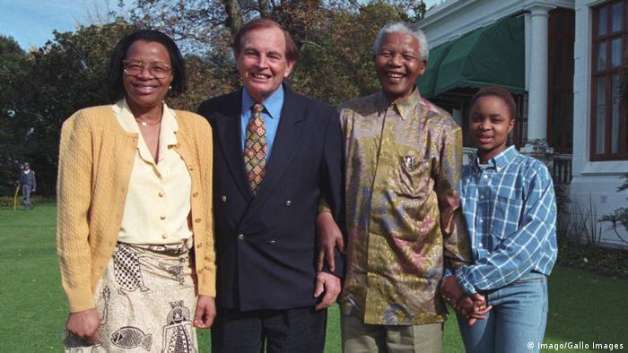 Christiaan Barnard mit Nelson Mandelas Familie (Imago/Gallo Images)