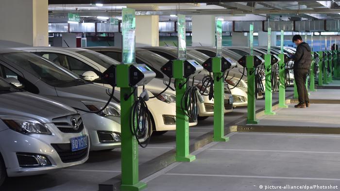 حالا پارکینگهای طبقاتی در سالگرد ۱۲۰ سالگیشان با چالش برقی شدن خودروها روبرو شدهاند و باید برای رفع نیاز شارژ باطری خودروها، جاهای پارک به تاسیسات برقی مجهز شوند.
