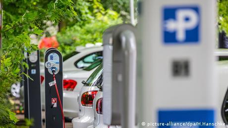 Elektroautos Ladeparkplatz Ladestation (picture-alliance/dpa/H.Hanschke)