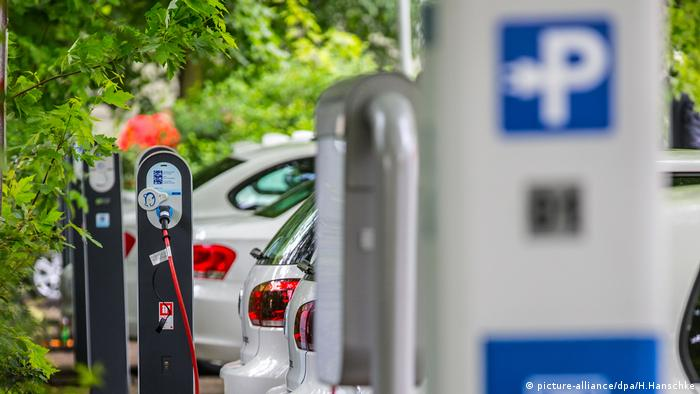 E-car charging station (picture-alliance/dpa/H.Hanschke)