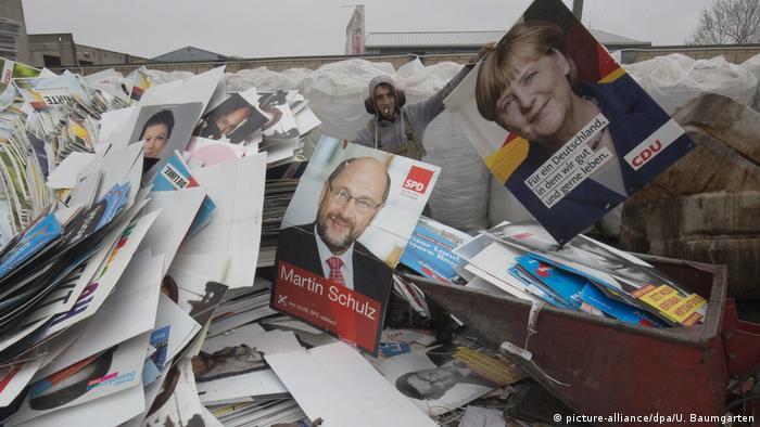 Deutschland Recycling der Bundestagswahlplakate 2017 (picture-alliance/dpa/U. Baumgarten)