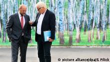 ARCHIV- Der damalige Bundesaußenminister Frank-Walter Steinmeier (r) und der damalige Präsident des Europäischen Parlamentes, Martin Schulz (beide SPD), kommen am 23.08.2014 zur Klausurtagung der SPD in Berlin an. (zu dpa-KORR «Im falschen Film - die SPDund die Groko» vom 22.11.2017) Foto: Stephanie Pilick/dpa +++(c) dpa - Bildfunk+++ | Verwendung weltweit
