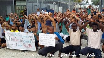 Refugiados papúes protestan praa no ser desalojados de Manus.