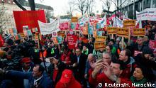 Transparente hoch bei der Abschlusskundgebung: Siemens-Mitarbeiter kämpfen um ihre Jobs