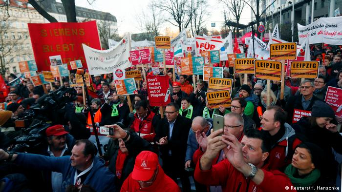 Siemens employees and union members protesting in Berlin (Reuters/H. Hanschke)