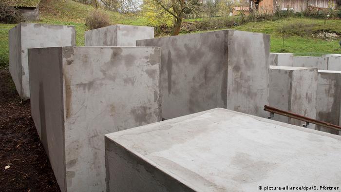 BdT - Denkmal der Schande in Sichtweite des AfD-Politikers Höcke (picture-alliance/dpa/S. Pförtner)