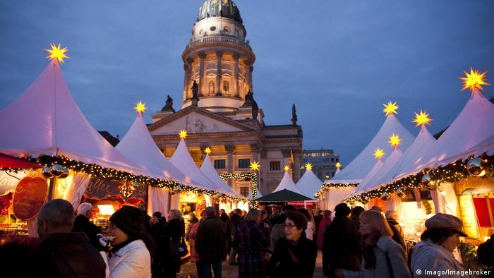 Deutschland Weihnachtsmarkt auf dem Gendarmenmarkt in Berlin (Imago/Imagebroker)